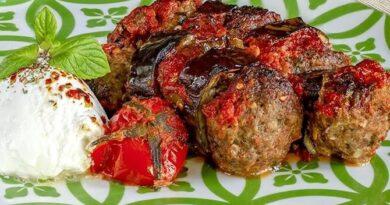 Pétrir les boulettes de viande recette de kebab d'aubergine au four