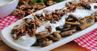 Salade de yaourt aux noix et aux champignons